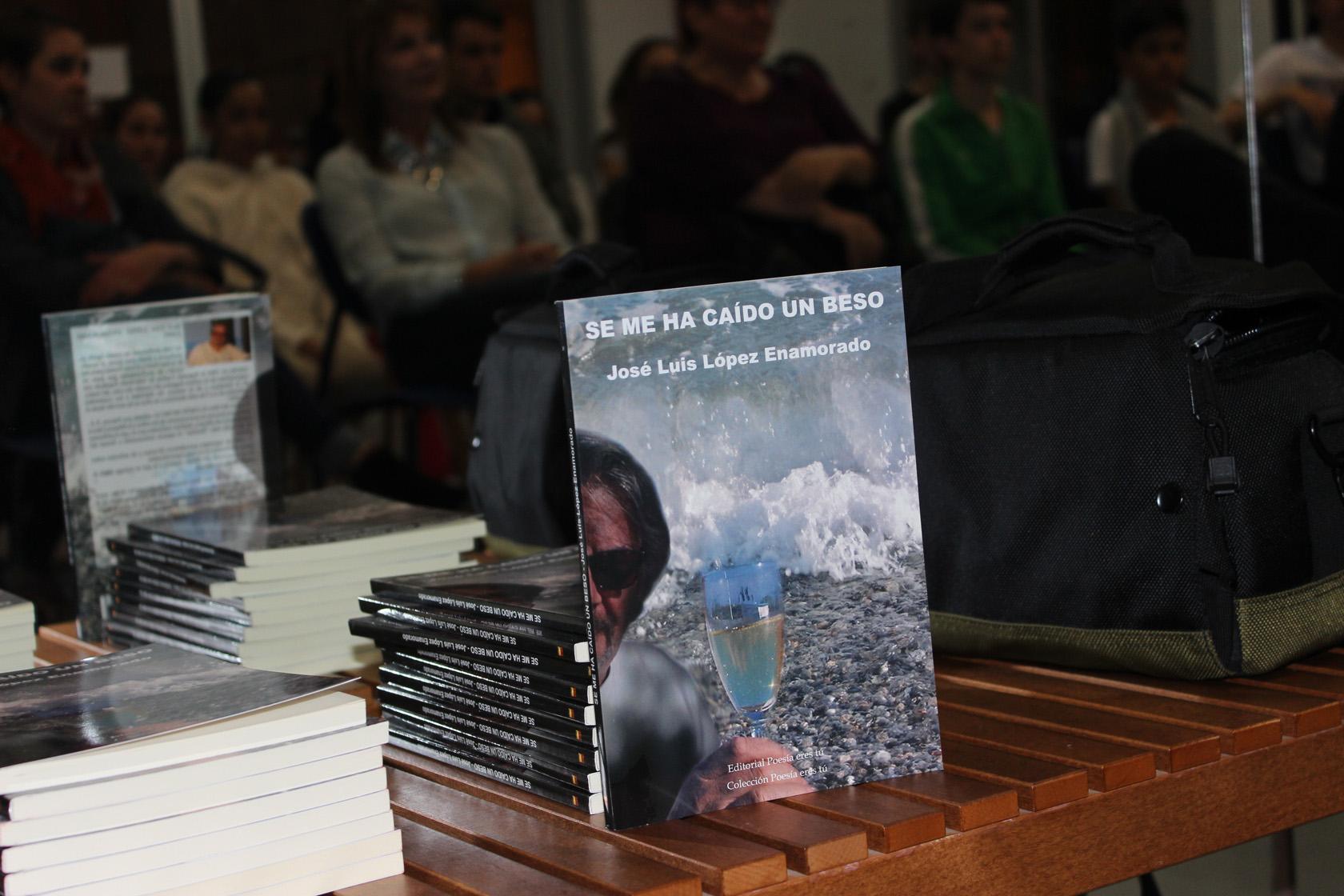 José Luis López Enamorado es el escritor de Se me ha caídoun beso. El poeta acaba de publicar un libro de poesía con la Editorial Poesía eres tú